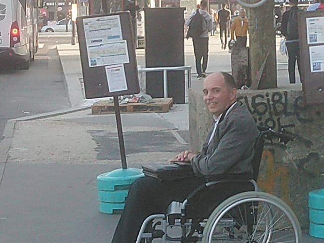 Nessuno fa entrare il disabile sull'autobus, l'autista fa scendere tutti e fa salire solo lui